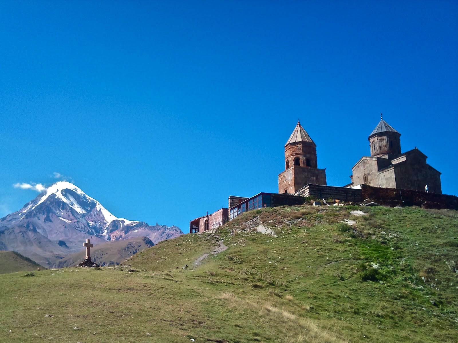 グルジアが誇る秘境。まるで天に昇っていくかのような天空の教会「ツミンダ・サメバ教会」