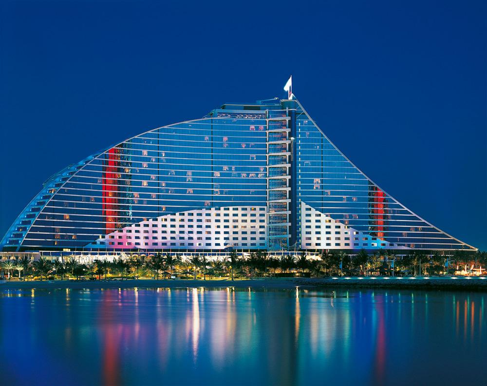 ひときわ異彩を放つドバイのランドマークホテル「ジュメイラ・ビーチ・ホテル」
