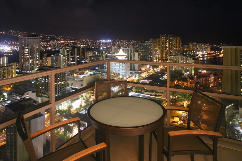 トランプ・インターナショナル・ホテル・ワイキキ・ビーチ・ウォークからの夜景