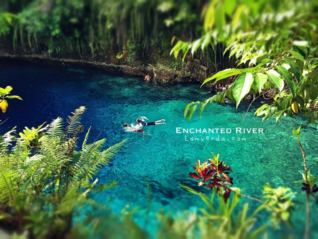 ヒナトゥアン川で泳ぐ人々