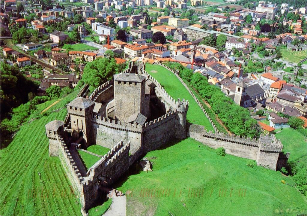スイスの世界遺産 3つの古城と街を囲む城壁