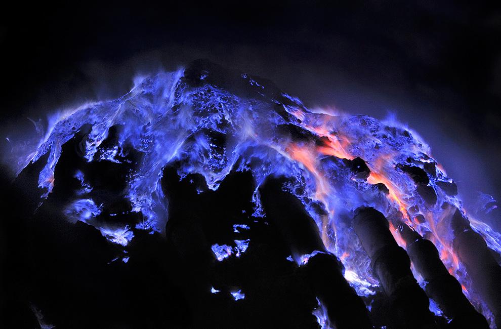 幻想的な青い炎を放つインドネシア・ジャワ島の絶景「カワ・イジェン火山」