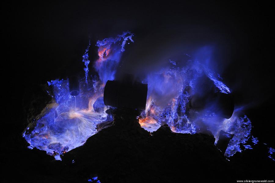 青い炎を放つカワ・イジェン火山