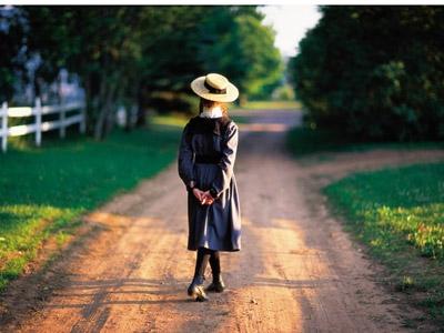 プリンスエドワード島を歩く女性