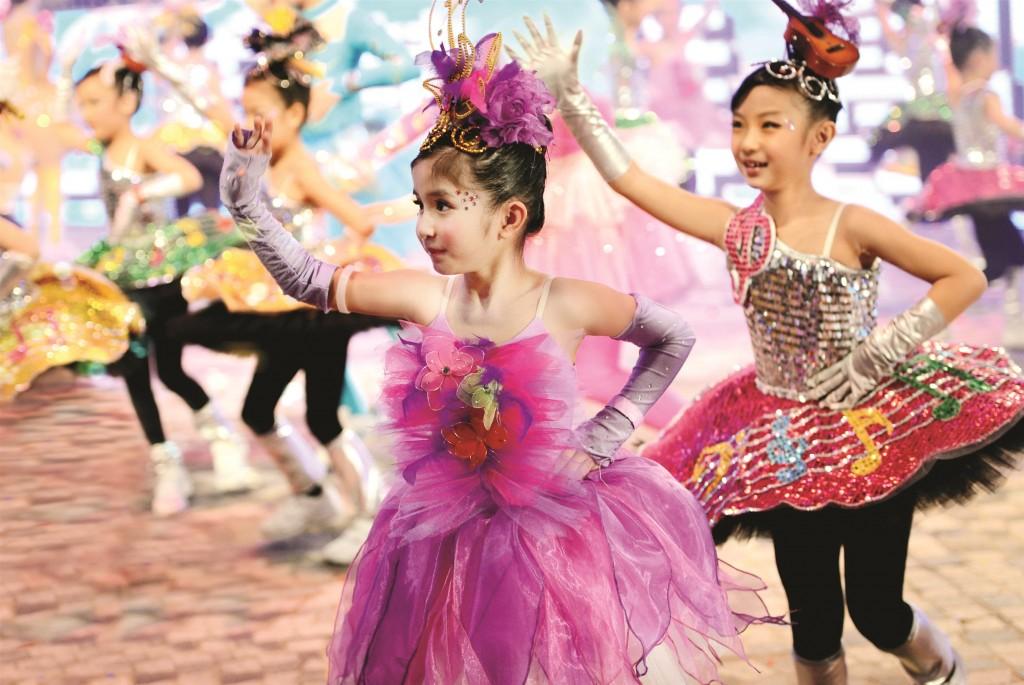 香港の旧正月ナイト・パレードで踊る子供達