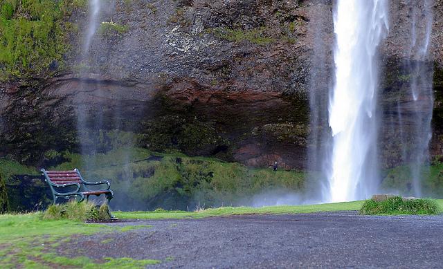 セリャラントスフォスの滝とベンチ