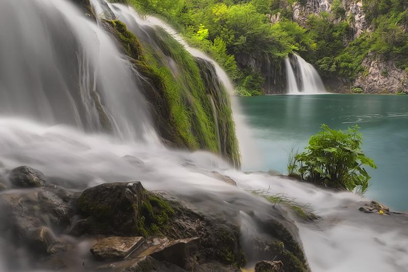 プリトヴィツェ湖群国立公園の滝を横から眺めた景色