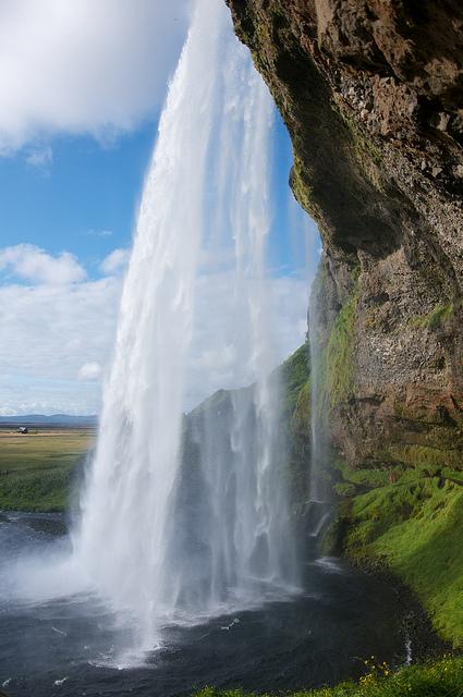 滝の裏側から眺めるセリャラントスフォスの滝