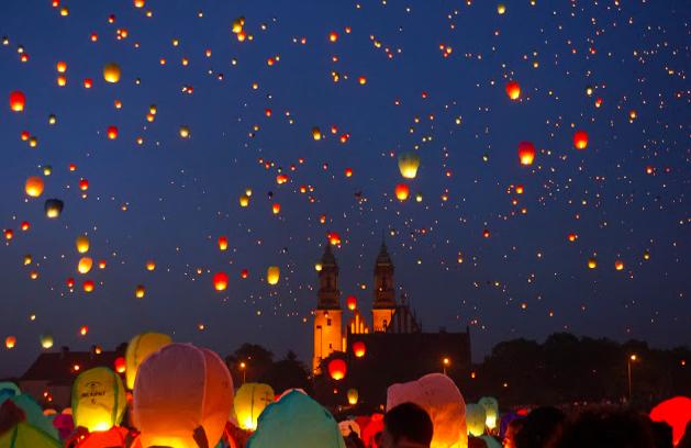 ポーランド最古の都市ポズナンの「聖ヨハネ祭」がまるでラプンツェルの名シーンのような幻想的な世界