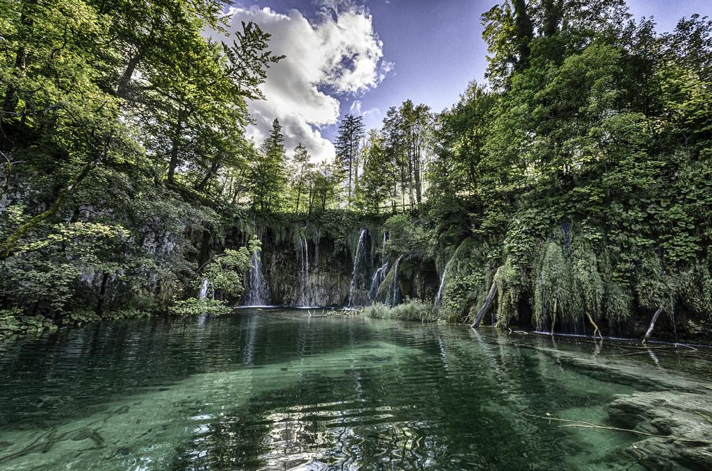 プリトヴィツェ湖群国立公園の湖と滝