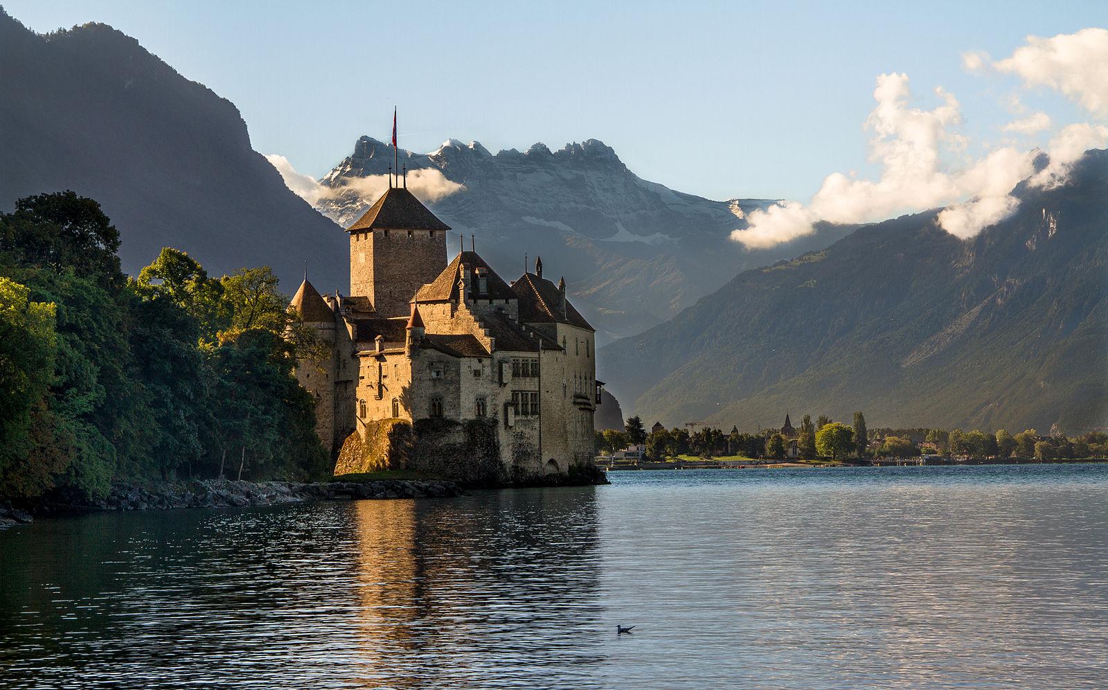 レマン湖に浮かぶ幻想的な美しさ。スイス一番人気の名城「シヨン城」