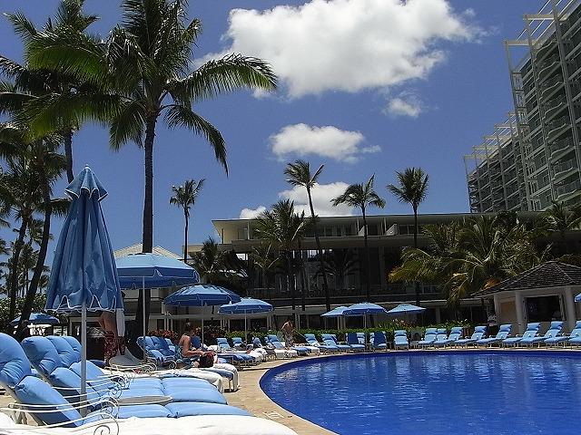 ザ・カハラ・ホテル&リゾートの中庭のプール