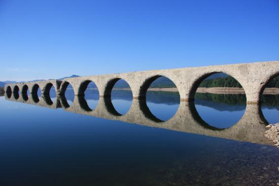 めがねのように湖面に映るタウシュベツ川橋梁