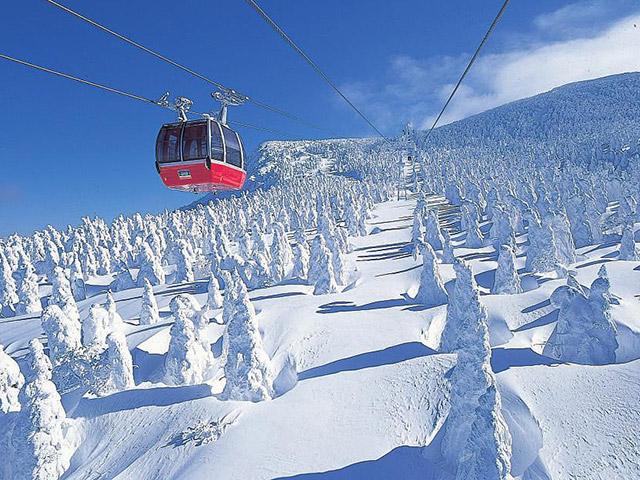 蔵王の樹氷とロープウェイ