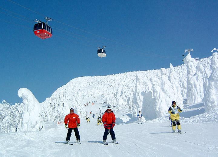 蔵王の樹氷のスキーヤーとロープウェイ
