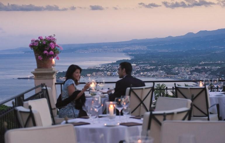 ベルモンド・グランド・ホテル・ティメオのレストランで食事をする女性と男性