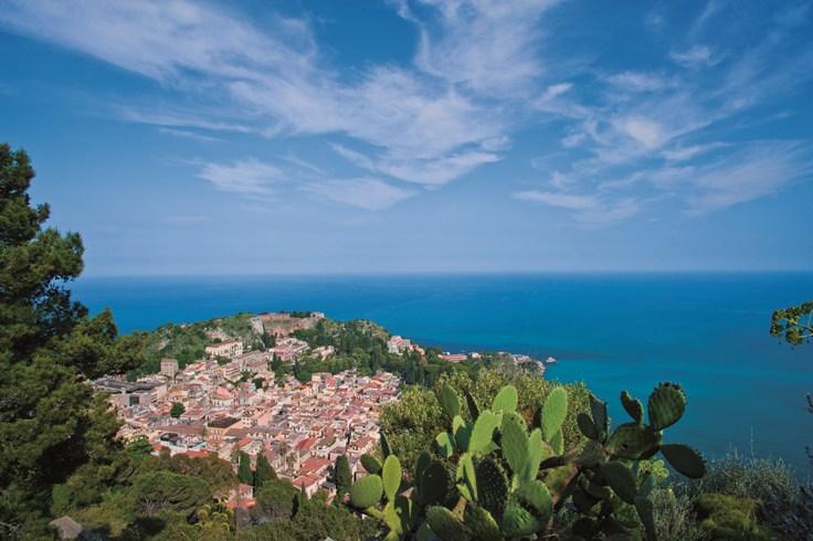 地中海とエトナ山を望むシチリア島の名門ホテル「ベルモンド・グランド・ホテル・ティメオ」