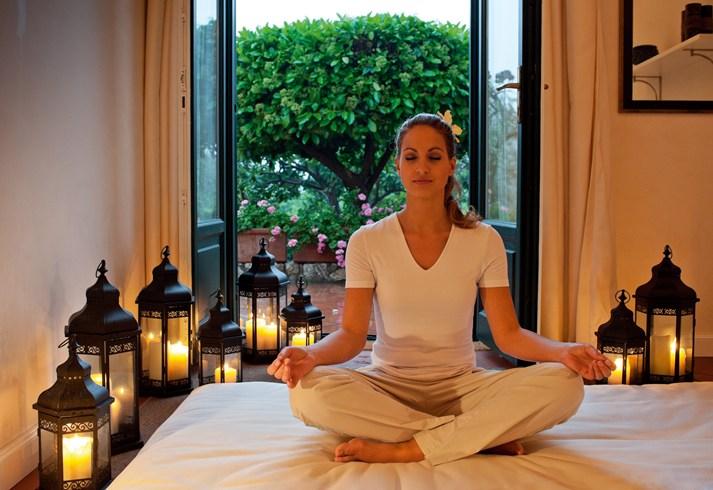 ベルモンド・グランド・ホテル・ティメオで瞑想する女性