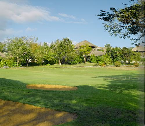 隣接するゴルフ場