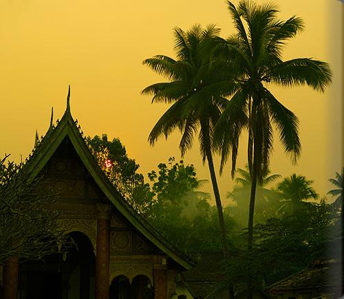 寺院での夕暮れ