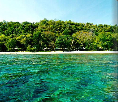 手付かずの大自然が残るモヨ島にひっそりと佇むアマンリゾート「アマンワナ」