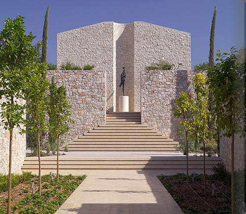 オリーブの木と円柱。古代ギリシャに思いを馳せる「アマンゾイ」