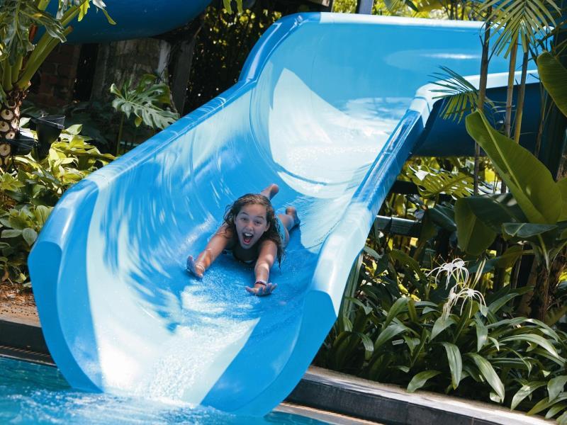 シャングリラ・ラサ・セントーサ・リゾート&スパのウォータースライダーで遊ぶ子供