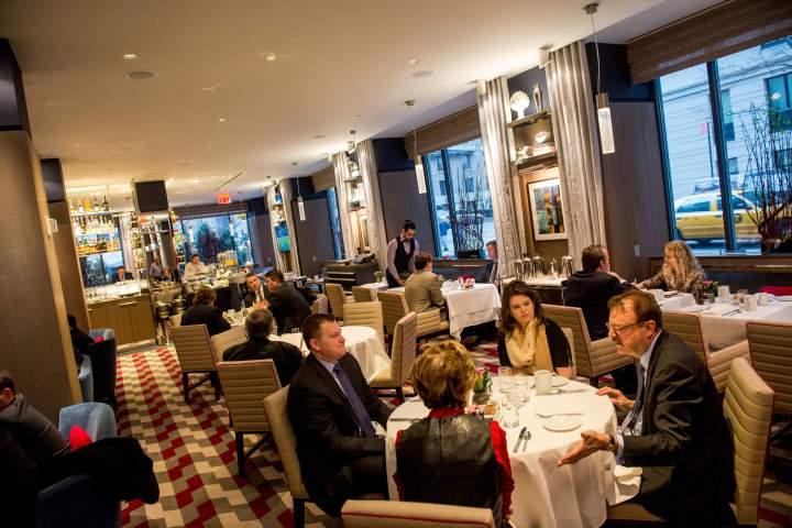ザ・リージェンシー・バー・アンド・グリル The Regency Bar & Grillで食事を楽しむ人々