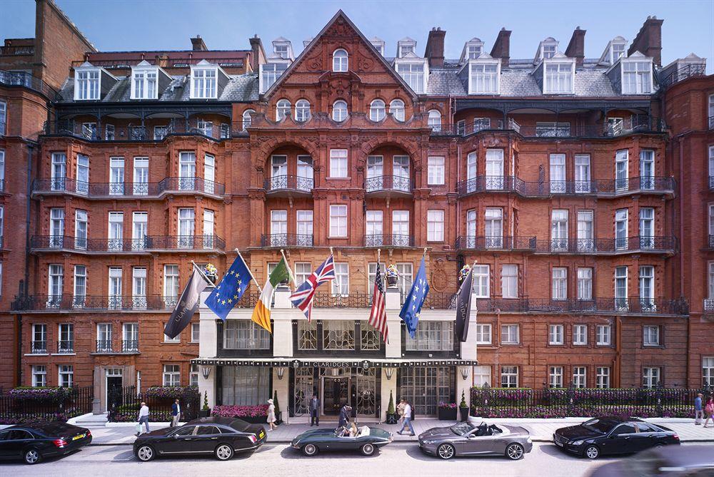 ボンド・ストリート駅近く、メイフェアの閑静な高級住宅街に建つ、歴史ある最高級ホテル「クラリッジズ」