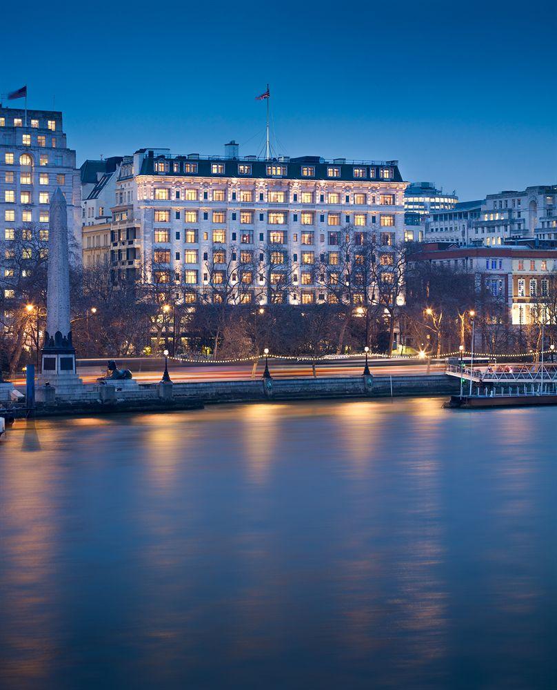ザ・サヴォイ・フェアモント・マネージド・ホテル  The Savoy, A Fairmont Managed Hotelの外観とテムズ川