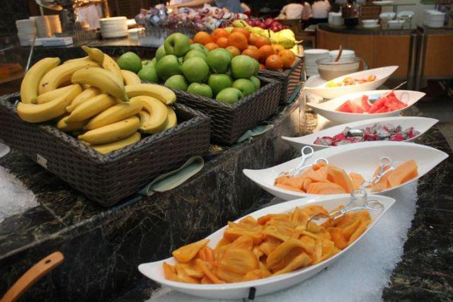 朝食ビュッフェのフルーツ