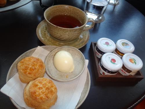 アンダーズ東京のアフタヌーンティーセットのホームメイドスコーンとクロテッドクリームとジャム