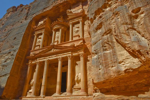 ペトラの遺跡エル・ハズネを見上げた風景