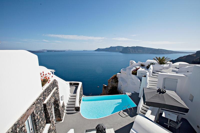 幻の世界に来たようなサントリーニ島のホテル「カティキエス」