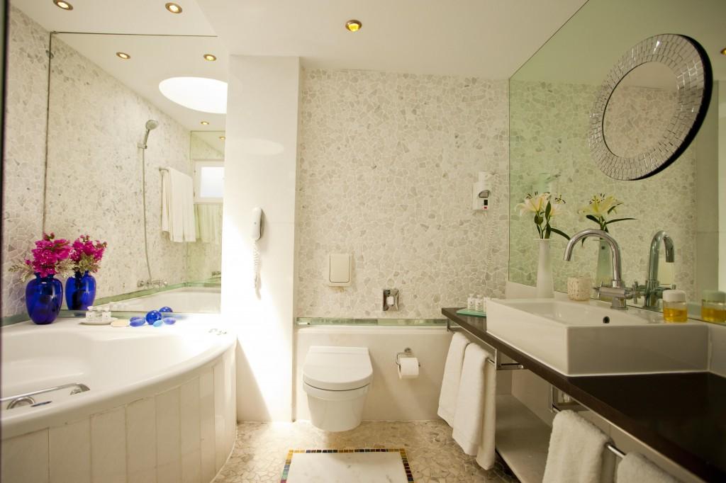 キヴォトス・ラグジュアリー・ブティック・ホテル Kivotos Luxury Boutique Hotelの客室のバスルーム