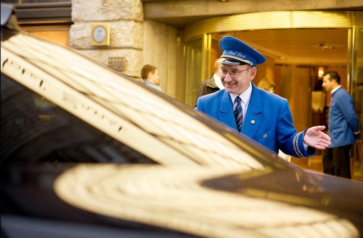 エクセルシオール・ホテル・エルンスト Excelsior Hotel Ernstのコンシェルジュ