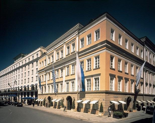 王冠のような屋上スパが自慢のミュンヘンの伝説的ホテル「バイエリッシャー・ホフ」