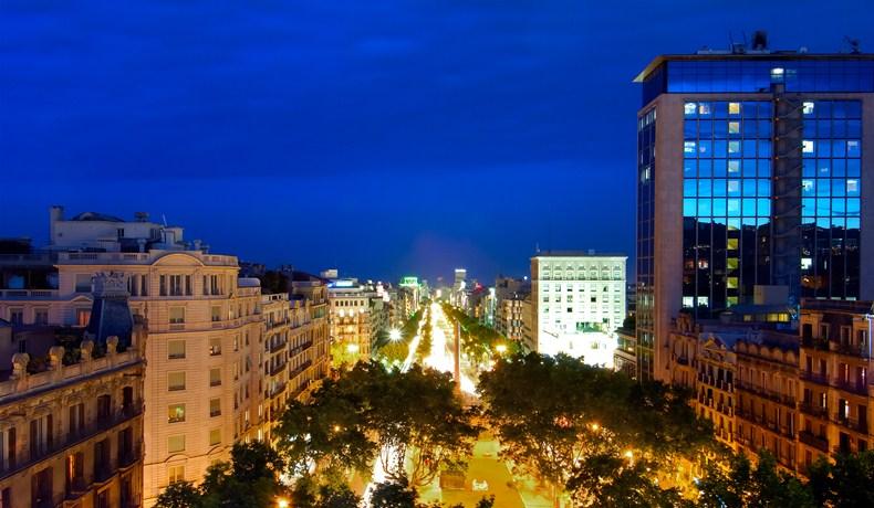 ホテル・カサ・フスター Hotel Casa Fusterがあるバルセロナの夜の街並