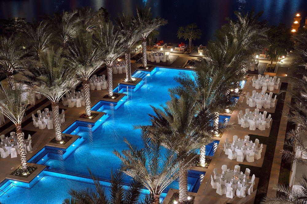 ザ・パレス・ダウンタウン・ドバイ The Palace Downtown Dubaiの屋外プール