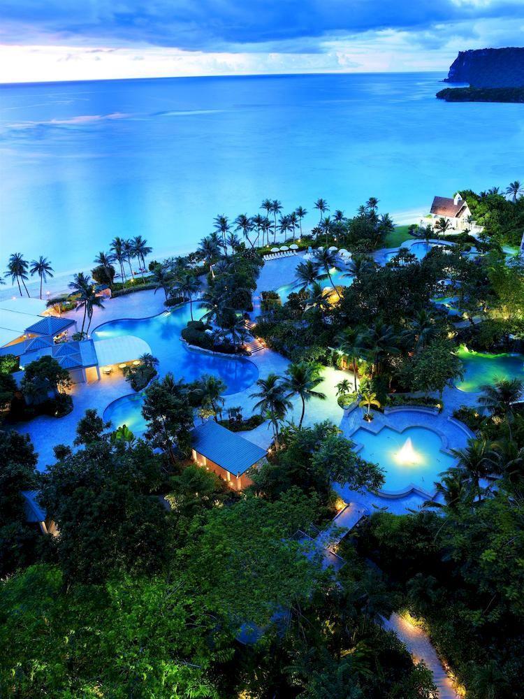ハイアット・リージェンシー・グアム Hyatt Regency Guamのプールの夜の風景