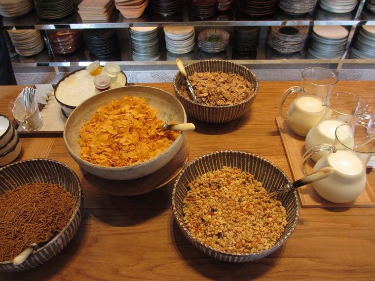 アンダーズ東京の朝食ブッフェのシリアルと牛乳
