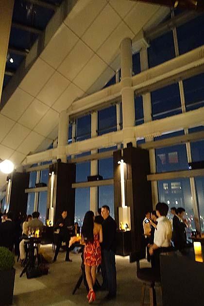アンダーズ東京のルーフトップバーのハイカウンターの風景