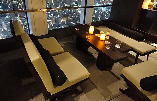 アンダーズ東京のルーフトップバーのソファー席