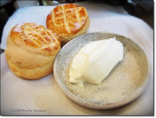 アンダーズ東京のアフタヌーンティーセットのホームメイドスコーンとクロテッドクリーム