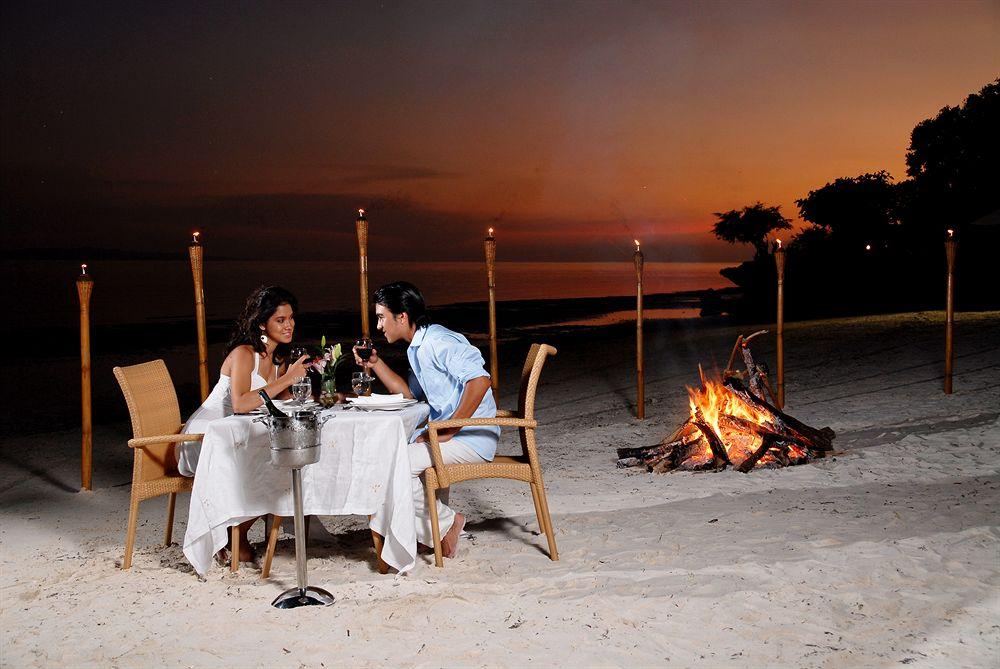 エスカヤ・ビーチ・リゾート・アンド・スパ Eskaya Beach Resort and Spaのビーチでの食事