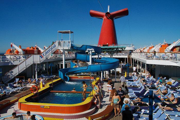 カーニバル・クルーズ Carnival Cruiseの屋外デッキプール