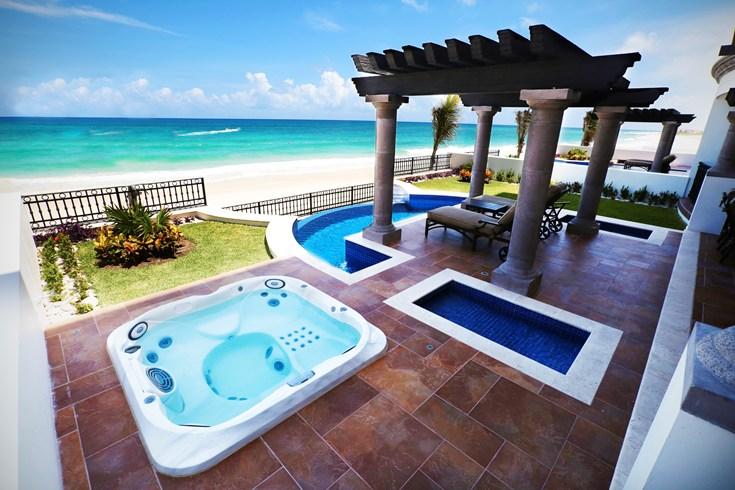 グランド・レジデンス・リビエラ・カンクン Grand Residences Riviera Cancunのテラスとビーチ