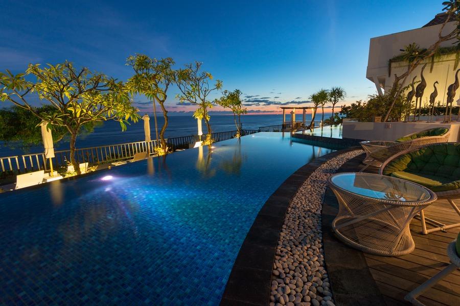 バリ島の白砂のビーチとターコイズブルーを満喫できる「サマベ・バリ・スイート&ヴィラ」