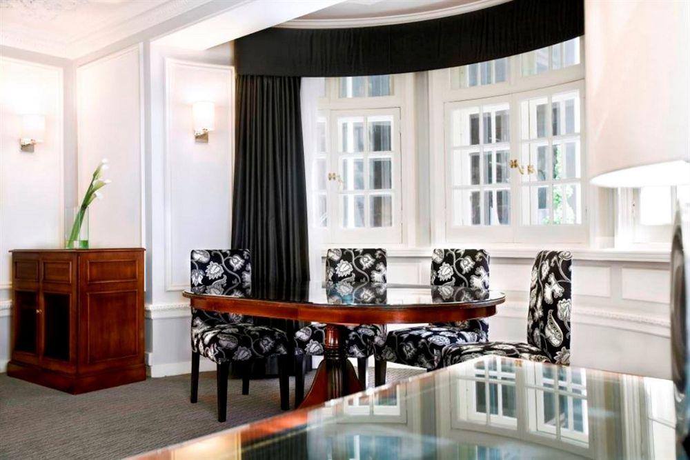 ルメリディアンピカデリーホテルの客室リビングルーム