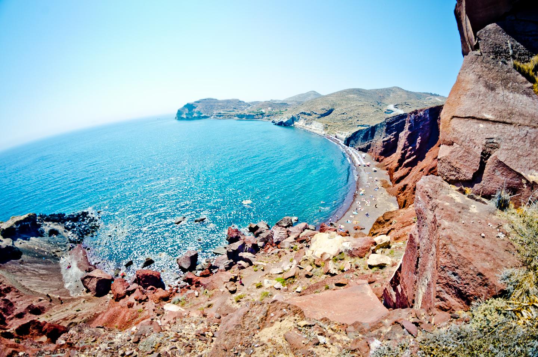 サントリーニ:岩場から見えるビーチ